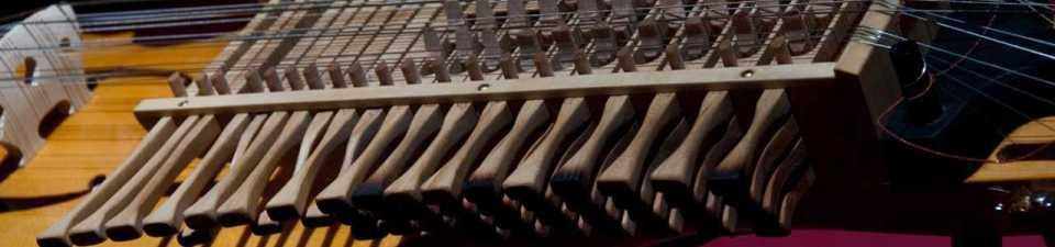 Tastatur einer 4-reihigen Nyckelharpa